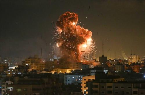 在对特拉维夫进行火箭袭击后 以色列对加沙进行了军事打击