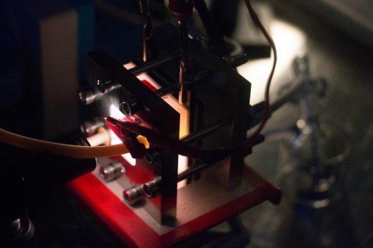 集成太阳能电池和电池的设备可以在电网外存储电力