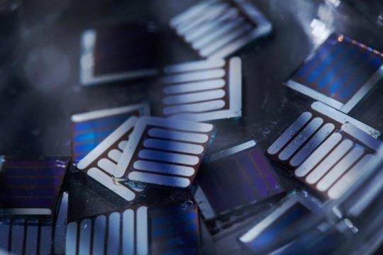 推出高性能非富勒烯有机太阳能电池