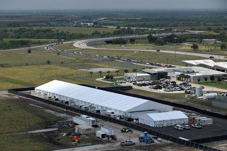 移民家庭在美国边境危机中从德克萨斯飞往圣地亚哥
