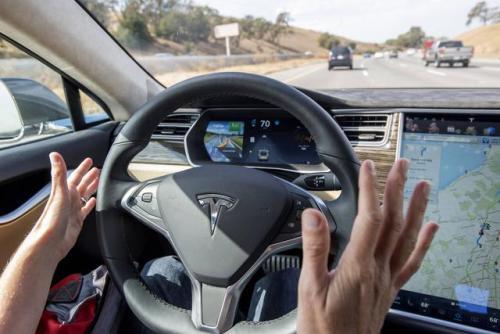 自动驾驶汽车先驱在技术上翻了一番特斯拉首席执行官埃隆马斯克称之为'愚蠢'