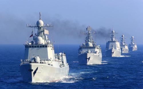 致命撞击后海军在触摸屏上拨动旋钮和拨号盘