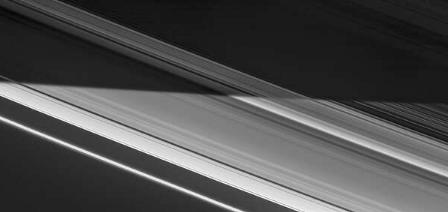 巨行星的阴影在环上形成了昼夜的 终结者 线。