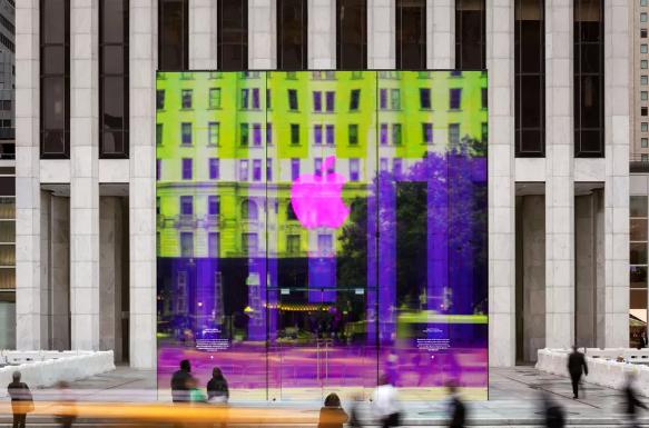 苹果公司的纽约商店在重新开放之前有一个彩虹立方体