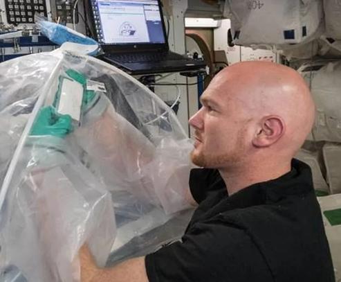宇航员第一次在太空中制造水泥