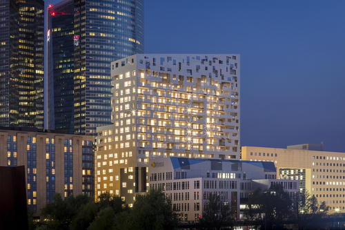 科多居民进入阿德莱德最高的公寓大楼
