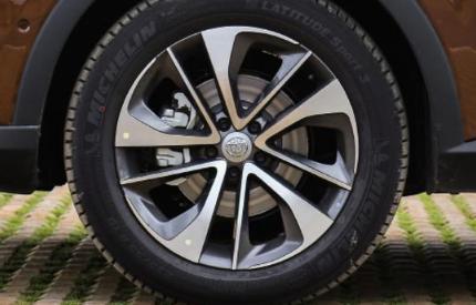 评测中华V7轮毂轮胎规格尺寸多少及中华V7内饰颜色有哪些