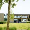 带有铝制立方体图案的金色铝覆盖着由AVDK设计的大学建筑墙