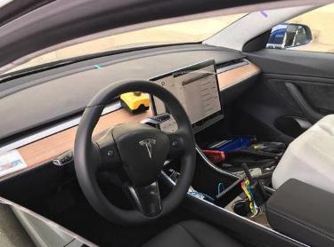 特斯拉Model3抛弃仪表板以帮助驾驶员专注于道路