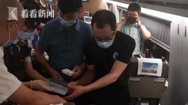 援鄂医生高铁上救人 龙道勇医生表示作为医护人员只要有需要的地方必须挺身而出