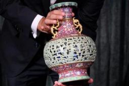 欧洲老妇闲置花瓶拍得6300万 50年间一直被欧洲一位老妇置于自己的宠物房