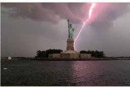 自由女神被闪电击中的震撼一幕