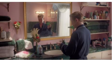 广告中的演员重新审视了1990年电影中的一些令人难忘的场景