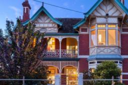 维多利亚州城市在高端市场激增中获得了空前的房屋销售