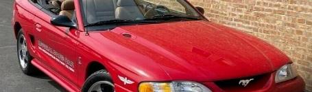 在这款1994年福特野马SVT眼镜蛇敞篷车上像香草冰一样滚动